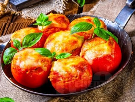Пълнени домати с моцарела и босилек печени на фурна - снимка на рецептата